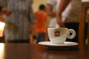 Illy im Cafe Sera in Surabaya, Indonesien