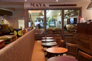 Blick durch das Cafe Maya auf die gläserne Rösterei