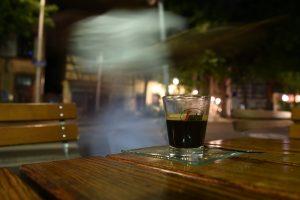Notbehelf oder neu? Segafredo mal nicht in schwarz oder weiß, sondern im Wasserglas. Gefunden im Cafe Tapas.