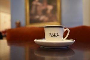 Schöne Tasse im sehenswerten Hinterzimmer der Boulangerie-Kette Paul
