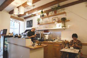 Cafe Suspenders - klein, aber fein: Ein paar Plätze unten, ein paar Plätze im ersten Stock. W.C. im zweiten...
