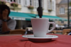 """Brosio-Tasse mit roten Schriftzug im Tasseninneren im """"Petit Cafe"""""""