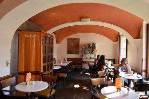 Im oberen Gastraum im Cafe Meier kann noch geraucht werden.