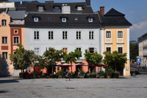 Blick auf das Cafe Meier mit Rösterei auf dem Linzer Pfarrplatz